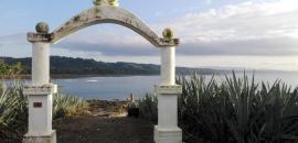Cabuya: Una playa, una isla, un cementerio