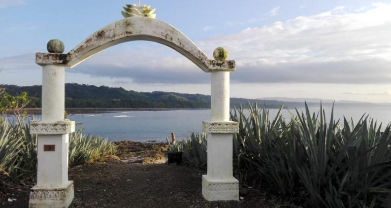 Cabuya: beach, island, graveyard