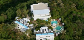 The hotel of the infinity pool between the mountains of Manuel Antonio